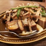 ビストロ ポーカー - 氷温熟成 黒豚のバラ肉 軽いスモークのブレゼ