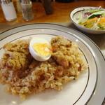 レストラン びすとろ - 料理写真:ナシゴレンの鶏唐揚げ載せ