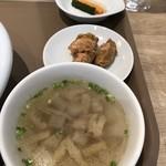 112669385 - スープ、チキン、ピクルス
