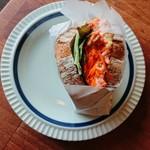 ベイクハウスイエローナイフ - スモークサーモンのサンドイッチ