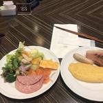 オールデイブッフェ コンパス - 朝食ビュッフェ3400円。オムレツ、スモークサーモンなど。オムレツの焼き加減は、半熟を保ちながらも流れ出さない、理想的なもので、とても美味しくいただきました(╹◡╹)。おかわりも同水準でした!