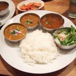 インド富士 - インド富士セット(1200円)+ラッサムスープ ※カレーは左からブリカレー、冬野菜サンバル