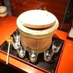 串屋松吉 - 店内に入ると樽酒が…。一杯頂きました。
