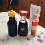 食事処マルタ活魚 - 卓上。お醤油は糸島ではお馴染みのカノオ醤油さん。