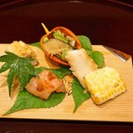 112705742 - 八寸  甘々娘(玉蜀黍)の天ぷら、若狭産の笹カレイ、鬼灯の中には白瓜と冬菇(どんこ)椎茸と三つ葉の胡麻和え、北海道積丹半島の縞海老 海老味噌のせ、鱧寿司
