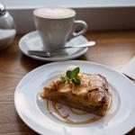 ラ・ノワゼット - LA NOISETTE CAFE BISTRO (ラ ノワゼット カフェ ビストロ) りんごタルトとカプチーノ