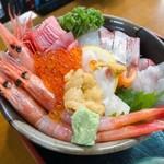 お食事処 田島 - 海鮮丼 2,808円 甘エビ、イクラ、マグロ、カンパチ、鯛、ヒラメ、サーモンなどなどが乗った美しい丼! 甘エビが立派!