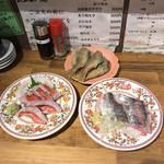 みなと刺身専門店 - 324円/皿。上から時計回りに黒ムツ唐揚げ・鯵刺身・金目鯛炙り