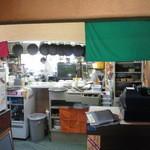 カフェ・ビアレストラン エル・トマ - 入口からキッチンの様子が見えます
