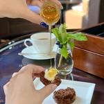 セントレジス バー - チョコレートオレンジスコーンにはたっぷりの蜂蜜を