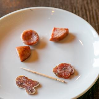 キュルノンチュエ - 料理写真:2019.7 本日の試食(白かび熟成の乾燥ソーセージ、燻製熟成の乾燥ソーセージ、モンベリアールのソーセージ、フランクフルトのソーセージ、ソオスィス・ドゥ・ジャルダン)