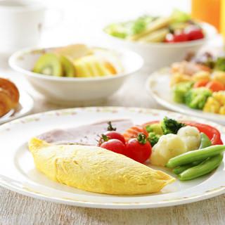 朝食ではお客様の目の前で焼き上げるオムレツが人気!