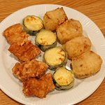 サエキ飯店 - 料理写真:豚肉の唐揚げ  南乳(豆腐に紅麹をつけ、塩水中で発酵させた腐乳)に漬けた豚肉の唐揚げ、ズッキーニの天ぷら、揚げた大根餅