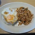 112756914 - 鶏ひき肉のガパオ炒めとライス