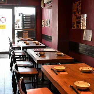 宴会利用がしやすい、横一列のテーブル席。
