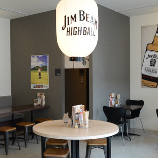 昼飲み◎バーボンの瓶が飾られたお洒落な空間で、お寛ぎください