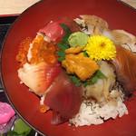 丸海屋 離 - 海鮮丼980円 ごはん大盛り無料、味噌汁おかわり無料です。