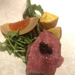 蔵元佳肴 いづみ橋 - 伊勢原のやまゆり牛のイチボ。燻して山椒醤油で付け焼に