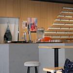 居酒屋ブンカ - 注文カウンター。背後のオブジェは富士山?