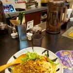 112788141 - 担々麺越しの、店内(カウンター)❕