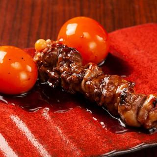 当店は産地から直送、生の鶏肉を一本一本串さし、栄の炭火串焼
