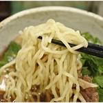 肉そば家 笑梟 - 冷やしラーメンの麺はコシが強いものですが、その中でも特に強いコシのある麺です。