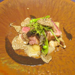 112802415 - 炊合せ 熟成銘柄豚のタリアータと茸のトリフォラート トランペット茸のソース