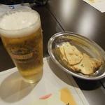 11282108 - 生ビールと食べかけのお通し(パパド)