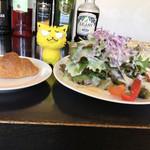 レブスケ - 前菜の山盛り!サラダ&パン ※パスタランチ1,100円より