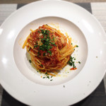 アブラッチョ - サルシッチャとタマねぎ、ズッキーニのトマトソース