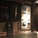 112860871 - 自動販売機の様に見えますが、こちらが秘密の扉(^^)                       まぁ、店の内部でも隣と繋がっていますが(笑)