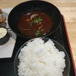 魚輝水産 - ご飯とアサリの赤だし。