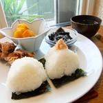 Onigirikafe - 塩むすびと鮭。