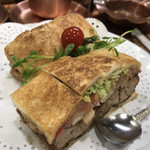 112916376 - 野菜入りカツサンド @650円                       普通のカツサンドから+50円で野菜入りになります(^^)                       スプーンは溢れた野菜を食べるためにあります