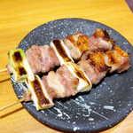 112921067 - ねぎま(2本¥475)。焼鳥の王道、ジューシーなもも肉を存分に味わえる