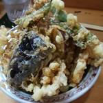 お料理やまもと - てんこ盛りの天丼。海老、アナゴ、野菜たっぷり