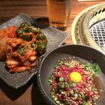 焼肉鍋問屋 志方 - ユッケとキムチ盛り