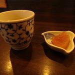 吉祥庵 - 最初に出されたお茶と大根の煮物