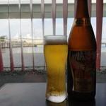 魚っ喰いの田 - 瓶ビール(中)(600円)(八甲田丸をバックに)