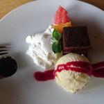 水辺のホテル 小さな白い花 - デザート