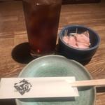 くいしん坊 大将 - ウーロン茶350円とお通し360円。お通しは焼豚と水菜の和え物。美味しいから許します(笑)