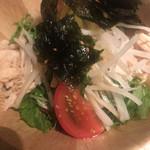 くいしん坊 大将 - 蒸し鷄と韓国のり大根サラダハーフ480円。醤油ベースのドレッシングでサッパリとして、とても美味しくいただきました(╹◡╹)。ドレッシングが多すぎてビシャッとしたのが残念。。。