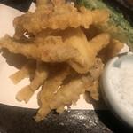 くいしん坊 大将 - 鱧とわかさぎの天ぷら580円。かなりカリッとした天ぷらです。特にわかさぎは小ぶりなサイズなので、味がよくわからない感じ。。。ビールのおつまみには良さそうな味わいです。