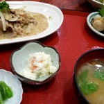 話食処しん - ①番。上州もち豚と新玉ねぎの食べるゴマだれ焼き+おまかせ刺身定990円