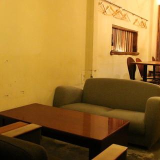まったりとした時間を過ごせる◇2F/テーブル席とソファー席◇