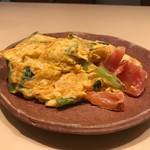 112946873 - ランチ(税込み1200円)の前菜の海老、トマト、小松菜入りスペイン風卵焼き
