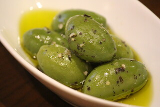 Alvino - トスカーナのジャンボオリーブを香草でマリネしてます。食べ応えあり!