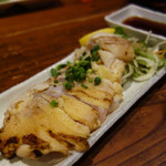 四季の味処 髭ダルマ - 地鶏たたき750円。