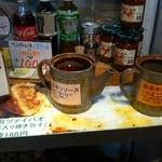 台湾の焼き包子 包包亭 - 3種のソース。結構辛い
