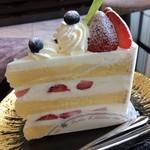 112978760 - 苺のショートケーキ